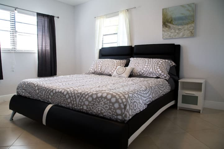 ☾Luscious King Size Room Perfect for Holidays☽