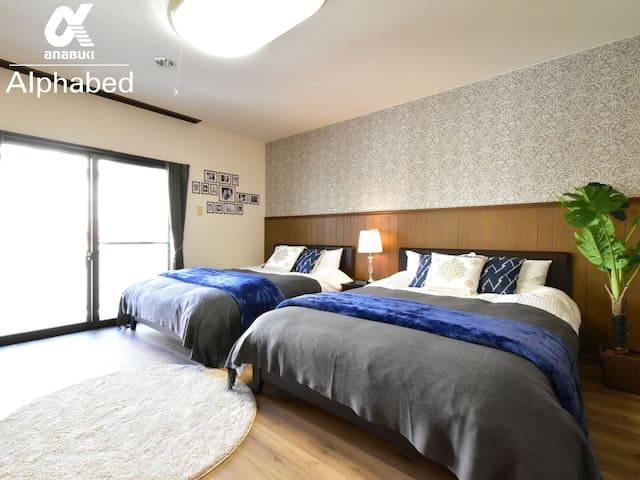 洋室にはダブルベッドを2台設置しています。