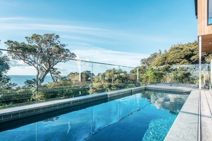 Onetangi Oasis - with sea views and swimming pool!