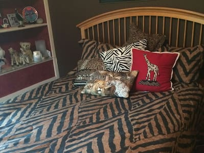 Comfortable Jungle Room for Two - Louisville
