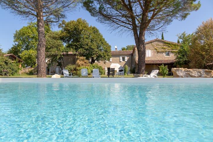 Maison de charme avec 360° de vue, grande piscine.