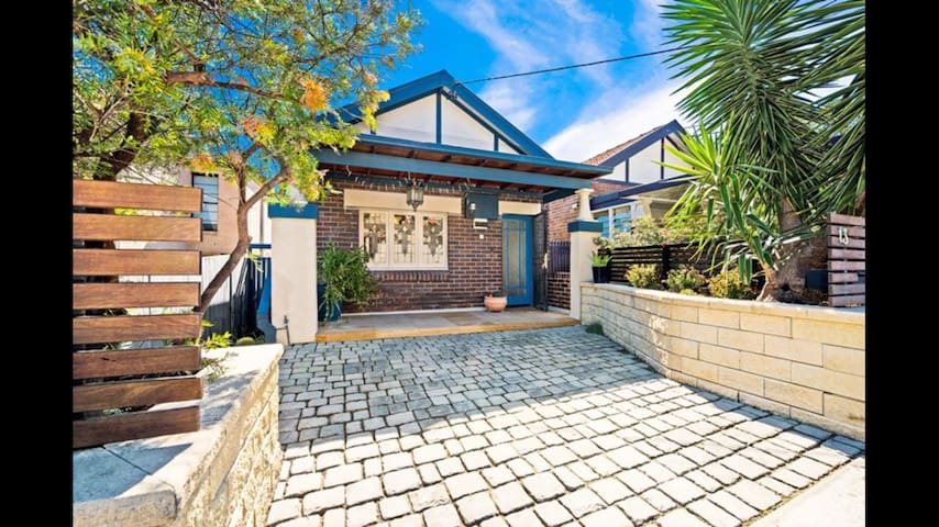 Chic Federation gem in a quiet nook - Earlwood - Huis