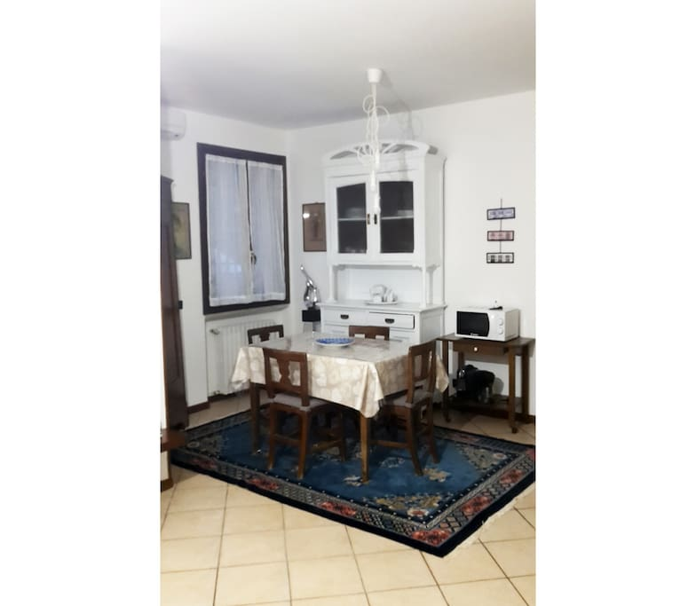 sala - cucina con tavolo da pranzo // dining room - kitchen with table and chairs
