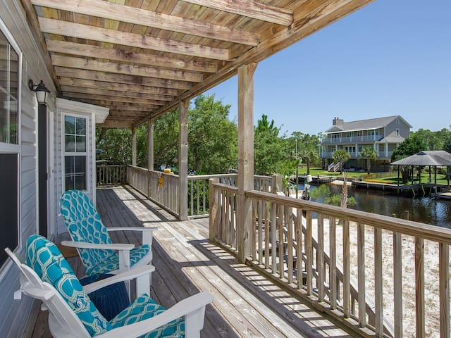 Spacious and family-friendly waterfront home close to the beach