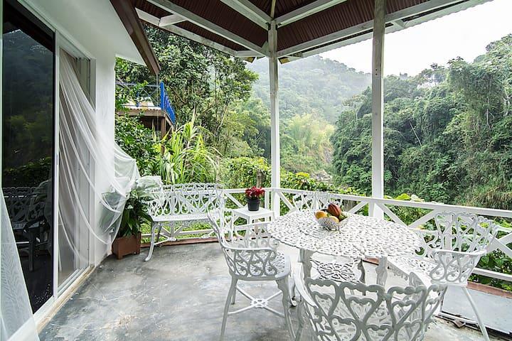 La terraza y detras su habitacion privada