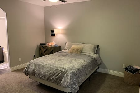 Beautiful One Bedroom w/ close access to Strip