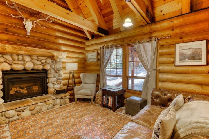Rustic mountain lodge w/ fireplace, gas grill, & shared pool/hot tub - near town