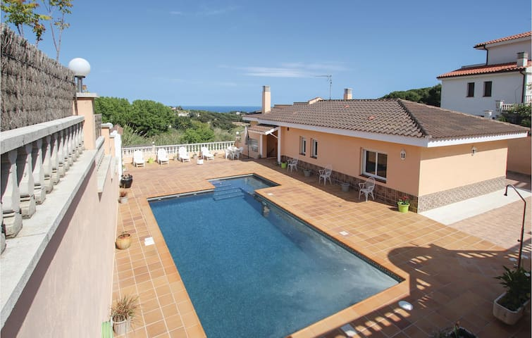 Holiday cottage with 4 bedrooms on 100m² in San Cebrià de Vallalta