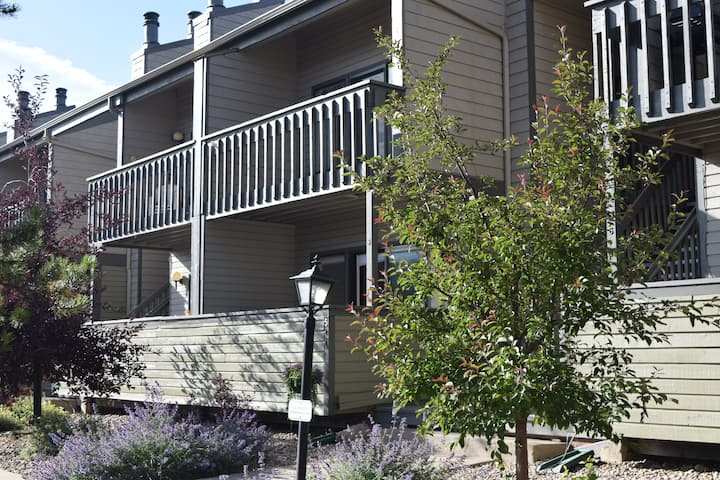 2bd/2bth Fraser Condo, Pool, Fireplace, Skiing