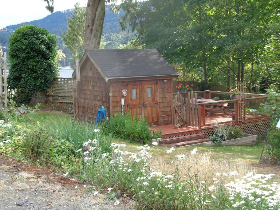 Cozy little cabin cabins for rent in salt spring island for Cozy canadian cottage