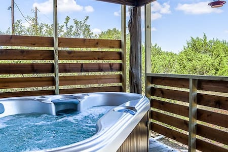 Whitetail Oaks Guesthaus | Country Views | King bed | Fire pit