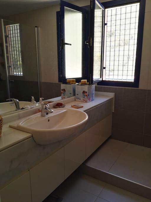 dos baños uno con ducha y otro con bañera