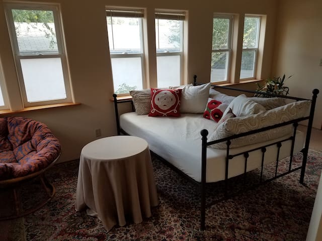 sun room w/ full size daybed