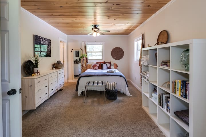 Master on main level with queen bed.