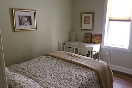 Charming cozy room in Century Home with Ensuite - Gananoque - Bed & Breakfast