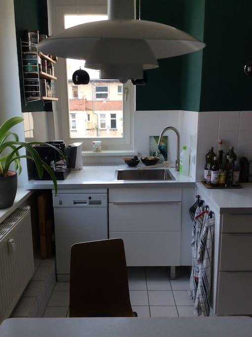 Küche mit Aussicht auf den Hinterhof