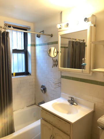 Just off Franklin Ave Shared Apt, spacious double