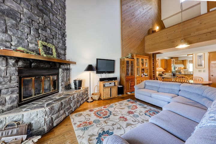 Lakeview home with wood-burning fireplace - dogs OK!