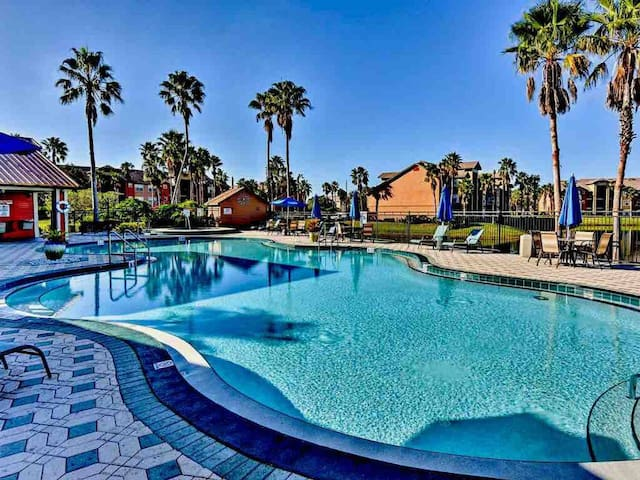 Condo w/pool+20 min to parks+Great for families!