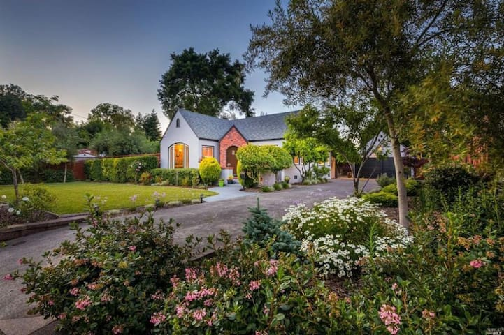 Story-Book Cottage in the Heart of Wine Country