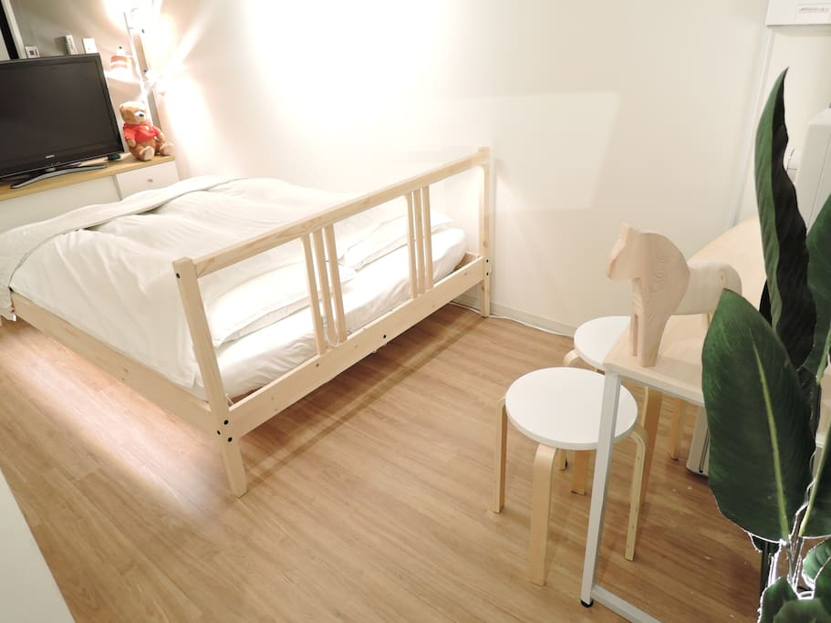 One double size bed(140cm×190cm). 2 person can sleep.