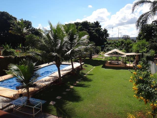 Suíte com cama de casal no Lago Norte - Brasília - Hus