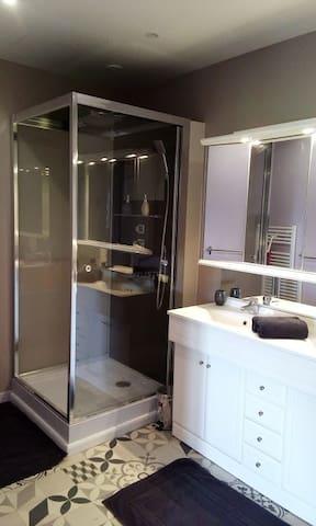 salle d'eau privée et wc indépendant