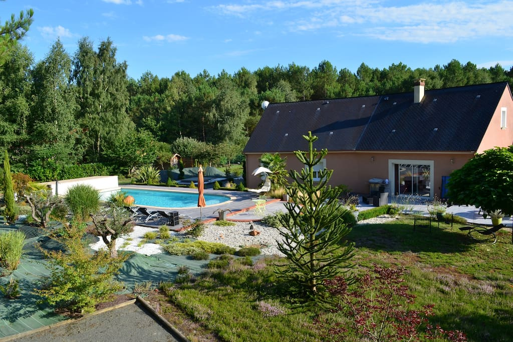 Grande propriété où l'on peut faire beaucoup d'activités  voler  boules vélo dont la piscine de  11 x5 m