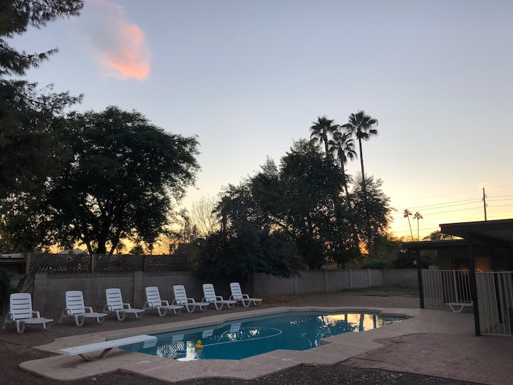 Scottsdale-RoomA-Pool-Shopping-Golf-Free Breakfast