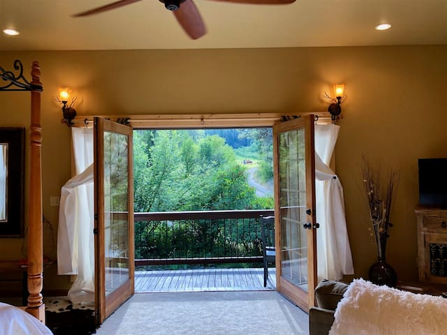 **ASK ABOUT OUR DEEP DISCOUNTS! Freund Escape Studio Located At The Trail Head Of Freund Canyon