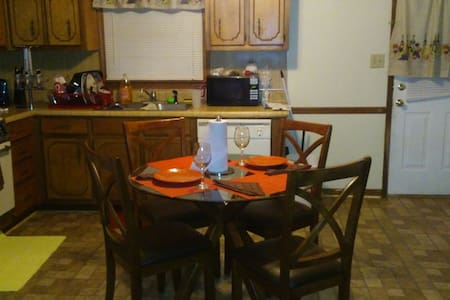 Clean Neat Bachelor pad Huge bdrm. - Stockbridge - Apartmen