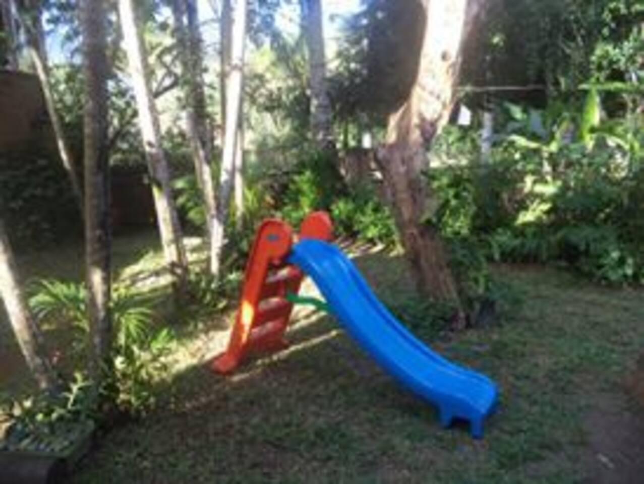 Jardim com área kids.
