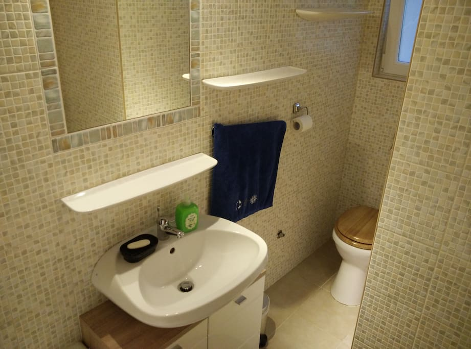 A teljesen felújított, modern fürdőszoba káddal és ablakkal