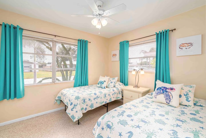 Aloha Villa #2 Pet Friendly 3 miles to Siesta Key