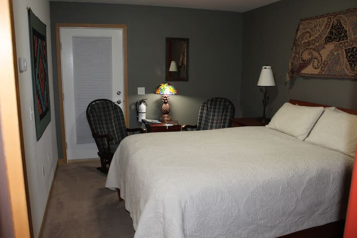 Compass Rose - Near Downtown- Private Bath-Queen