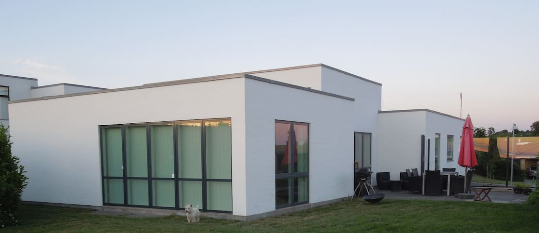 New modern large villa near nature - Hinnerup - Byt