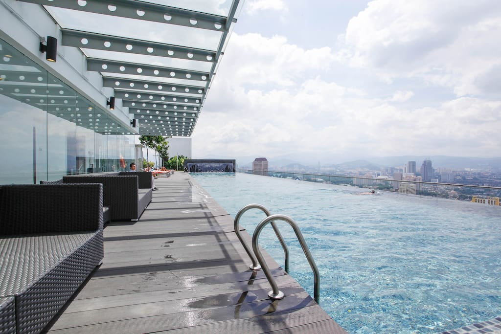 Free access to the infinity swimming pool on the 37th floor