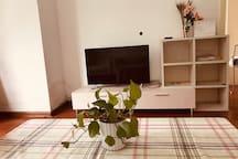 客厅(。ì _ í。)宽敞明亮,带落地大窗大露台,客厅有液晶电视,是放松休闲的舒适地带~