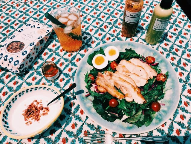 On a sunny day you can enjoy brunch @ the rooftop ;-) 晴れた日は屋上でランチを食べるのもオススメです!
