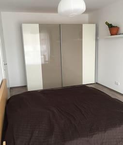 Großes Zimmer in zentraler Lage. - Appartement