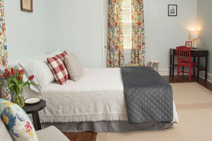 Cozy vintage cottage close to LU, RMC and Downtown