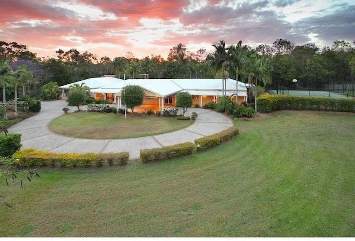 3 Acre Resort Style Retreat - Pool + Tennis Court - Ransome