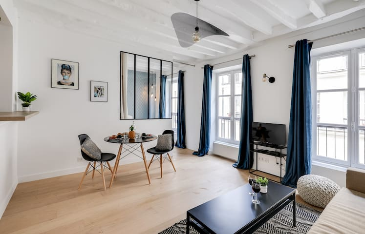 Beautiful new apartment in a pedestrian street, near Champs Elysees