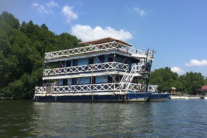 Bakau Hijau Houseboat