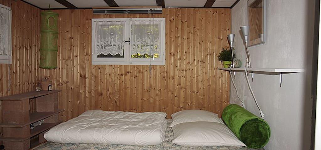 Schlafzimmer mit Doppelbett (180 x 140 cm)
