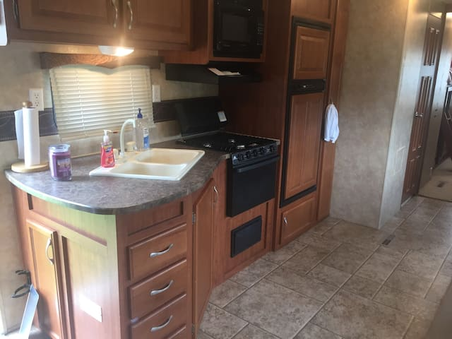 Sleeps 6/ 2 Bedroom 31' Foot RV Camper