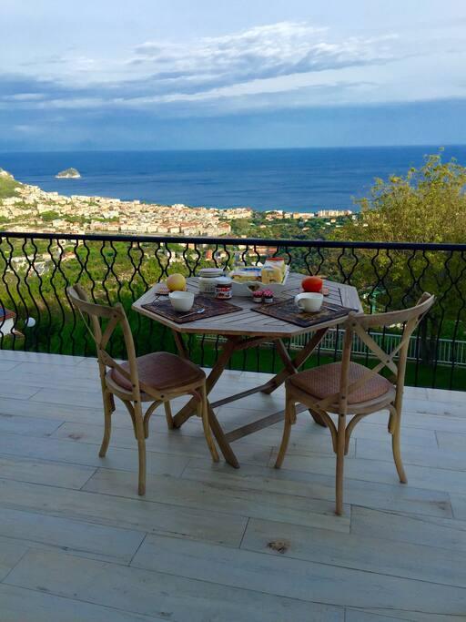 Il terrazzo con vista sull'isola / the terrace with an amazing view over Bergeggi island