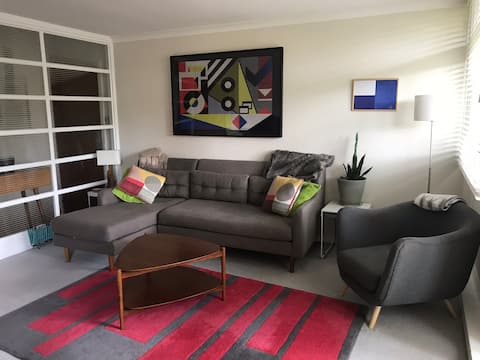 Bright & spacious 2 bedroom flat with FREE PARKING