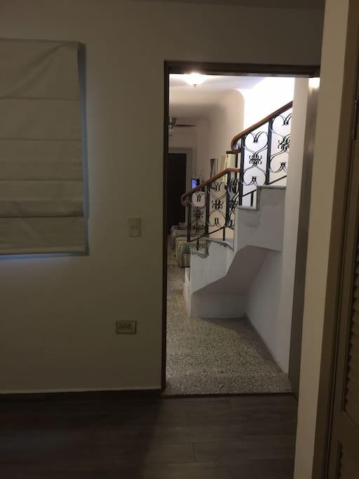 Vista desde la recámara del primer nivel , se observa la escalera que lleva al segundo nivel