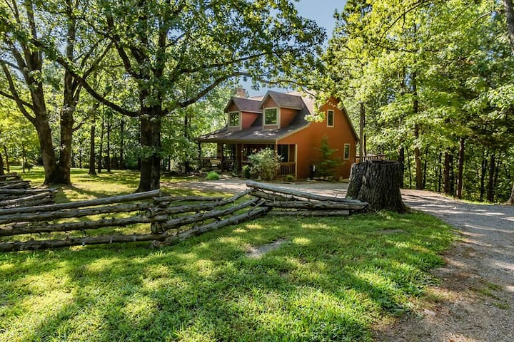 Woodsong Cottage - Charming Secluded Cottage on 40 Acres Hot Tub. Foosball Table